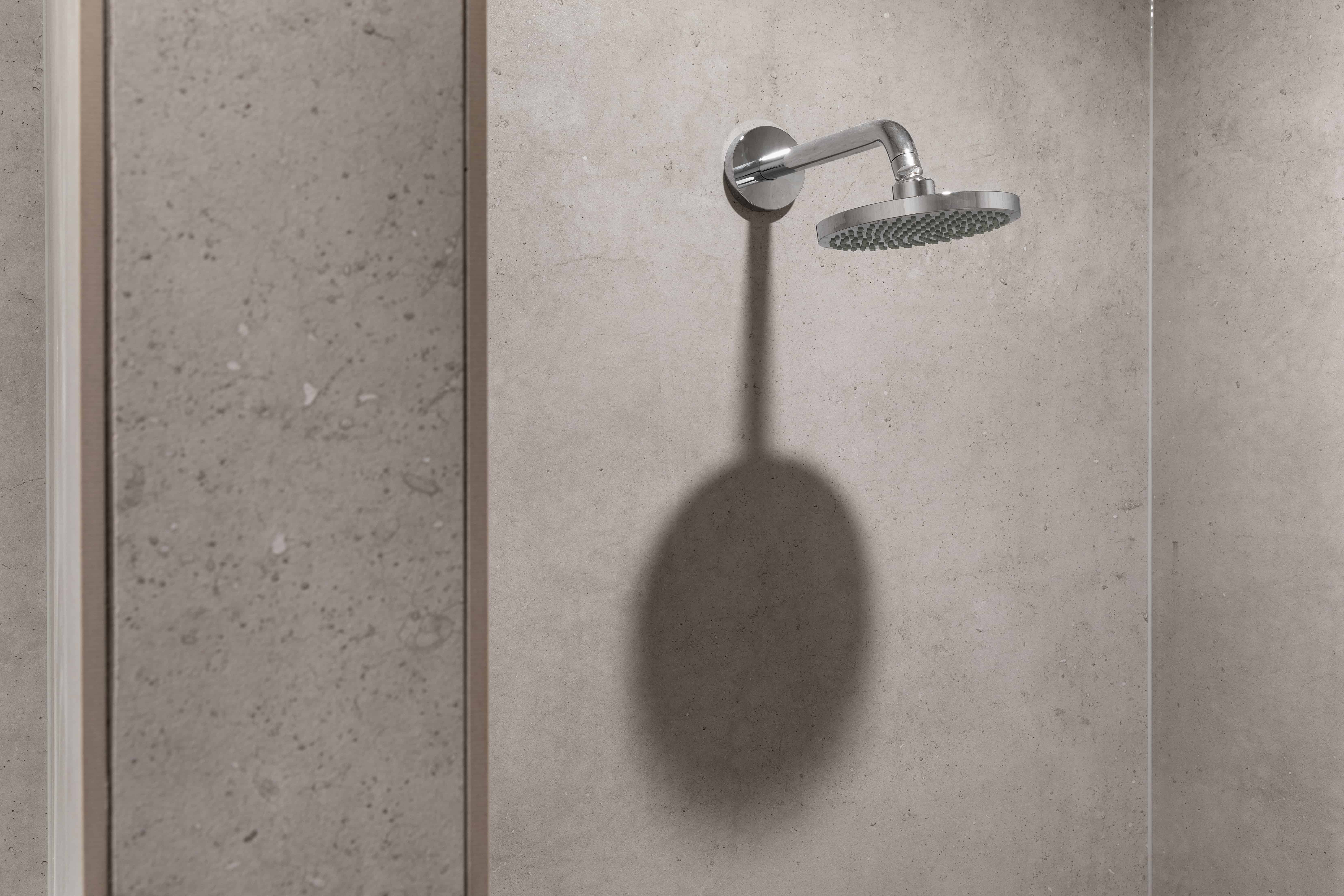 douche met XXL tegels stijlvol - XXL tegels in badkamer - modern