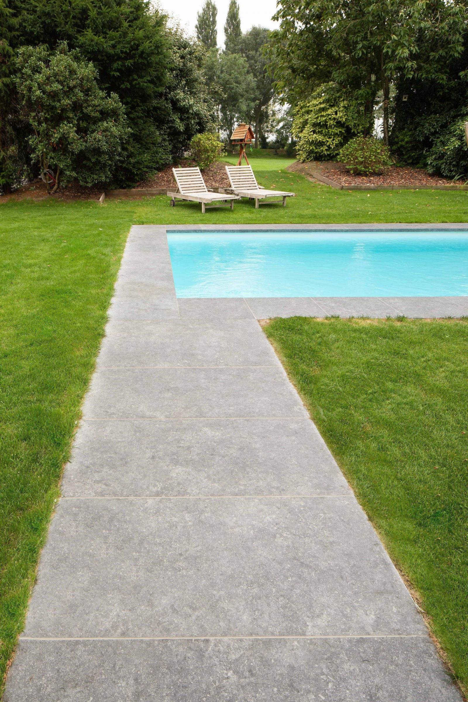 Tuin met XXL tegels in natuursteen - XXL-tegels aan terras en zwembad