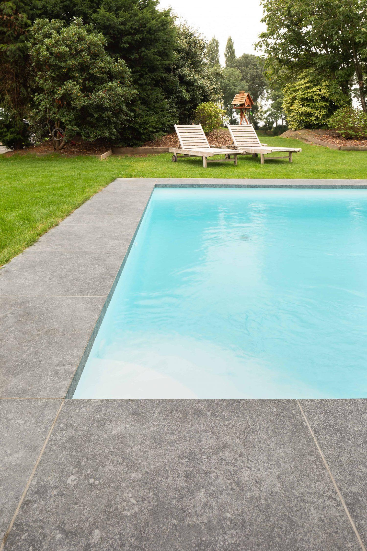 Blauwe hardsteen xxl natuursteen tegel groot formaat zwembad