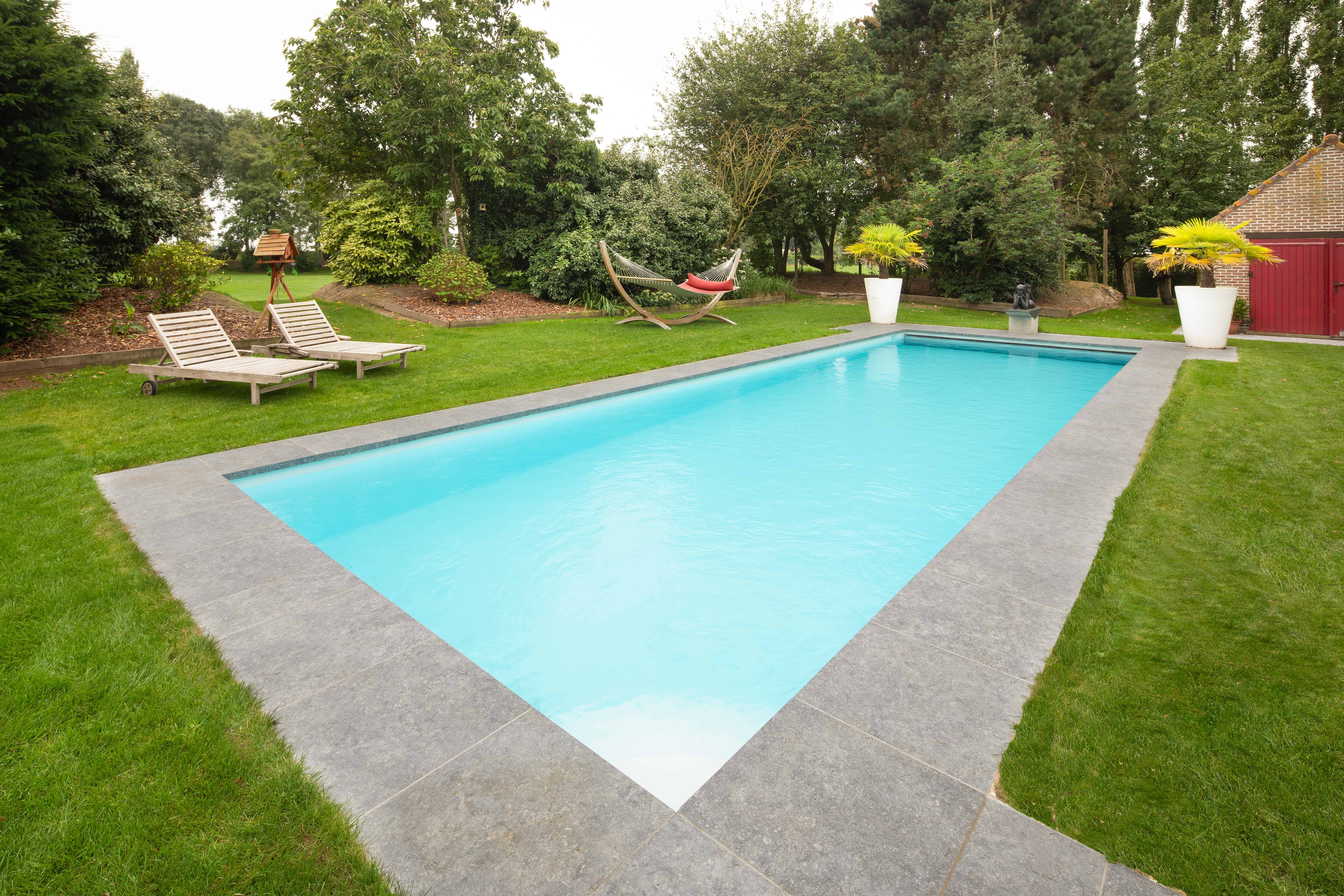 Zwembad met grote tegels rondom