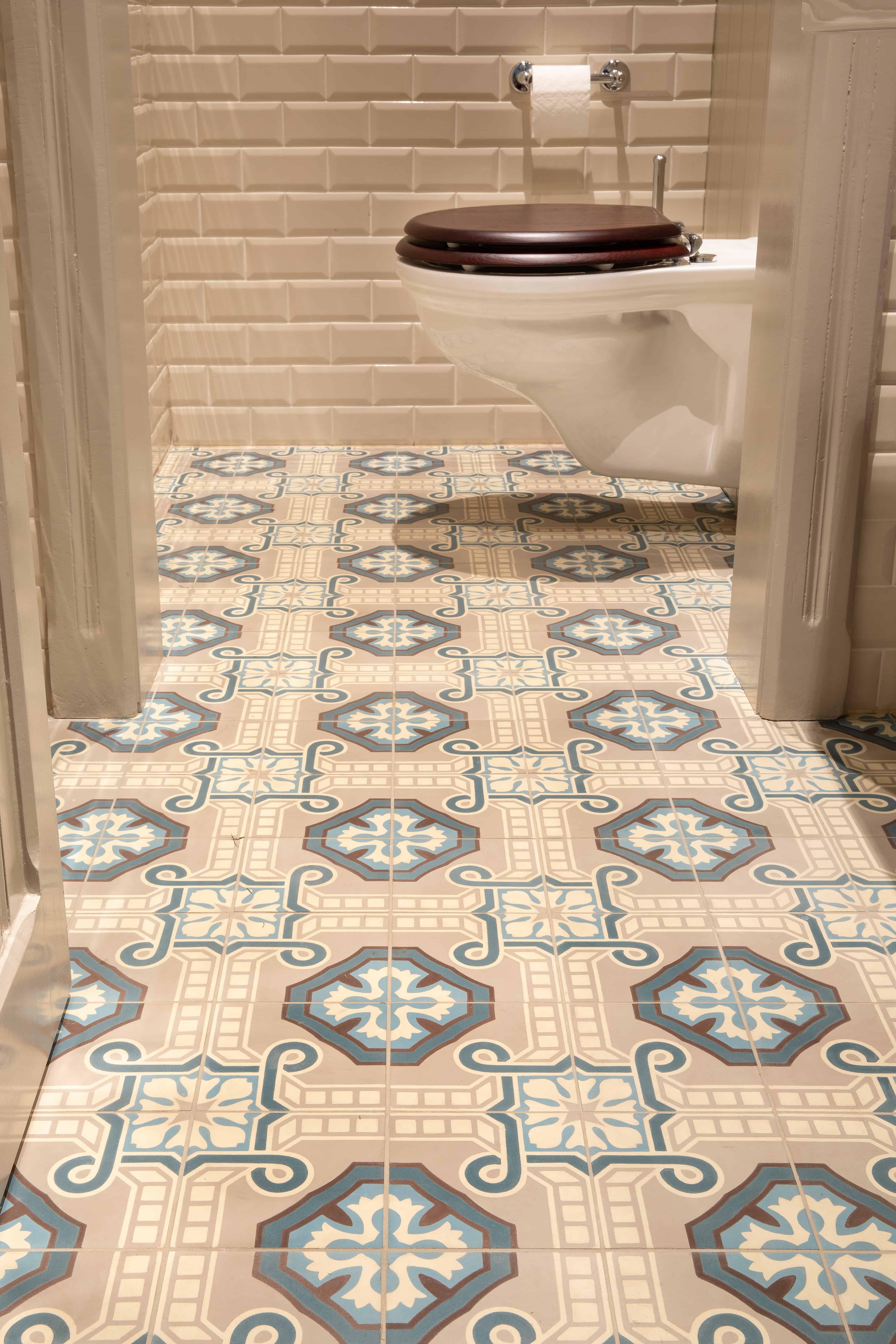 Toilet - WC - met klassieke, oude, rustieke tegels