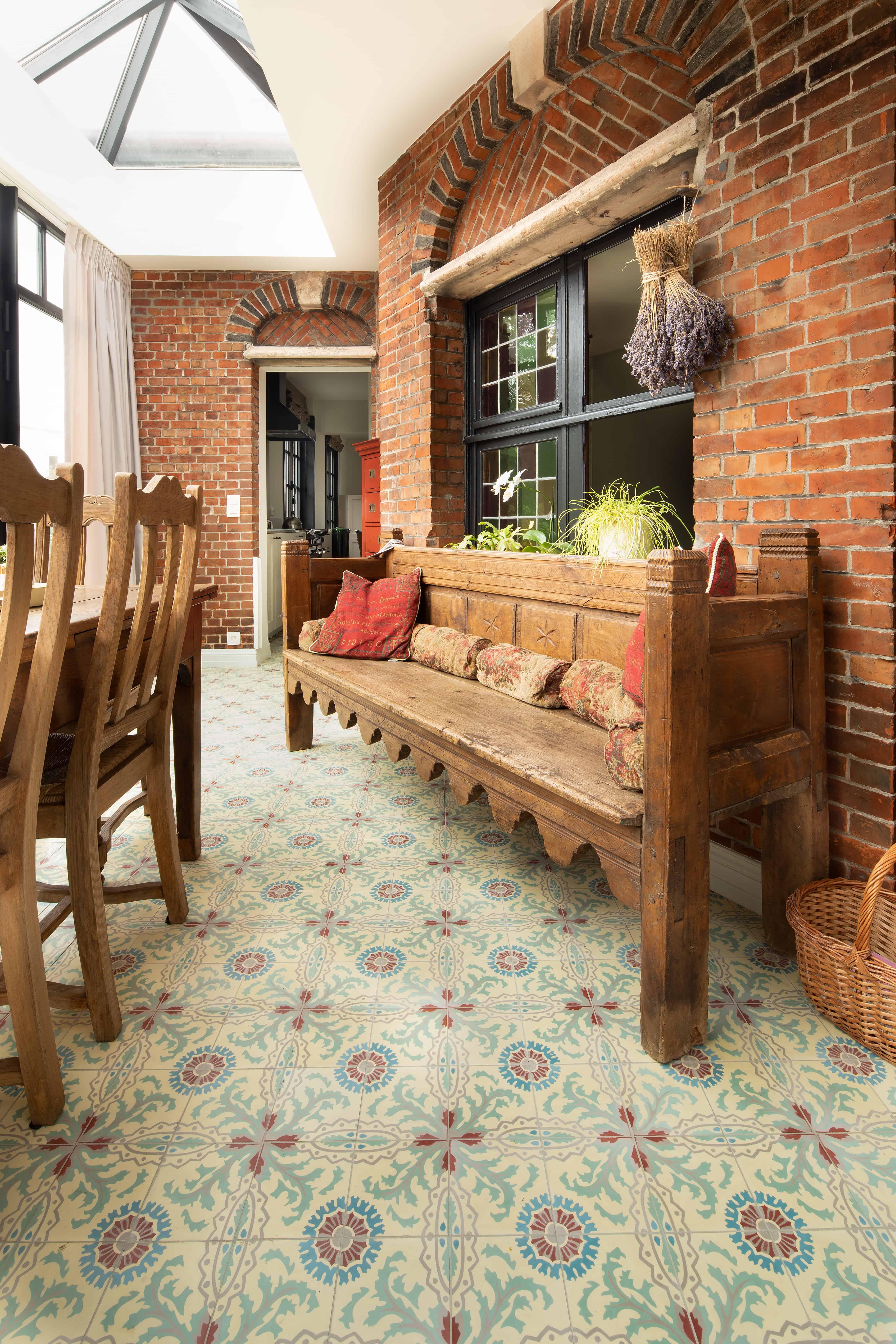 Veranda met tegels met oud motief - kleine tegels in veranda vloer