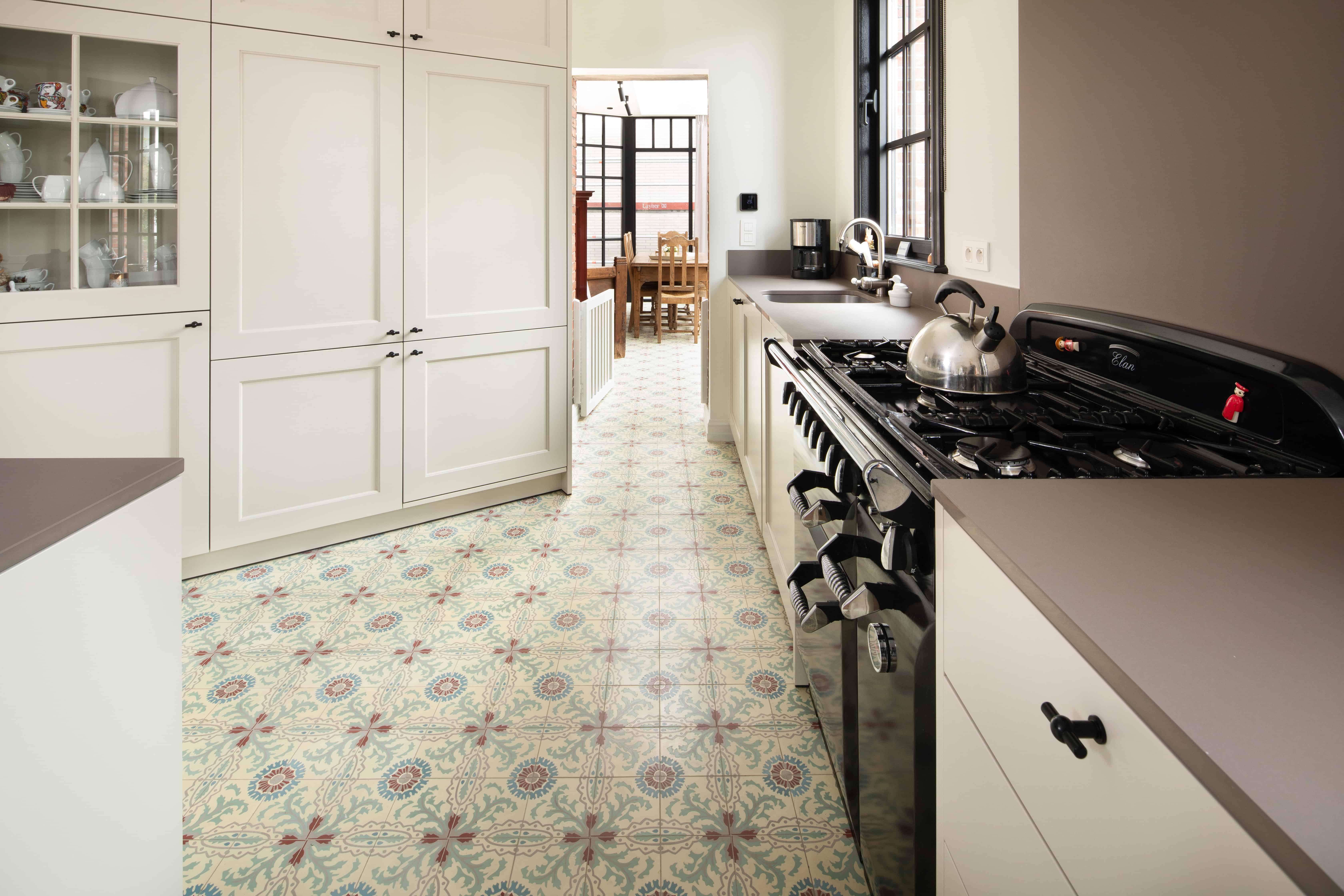 Tegels met retro motief in keuken - kleine tegels authentiek in keuken - Brugge