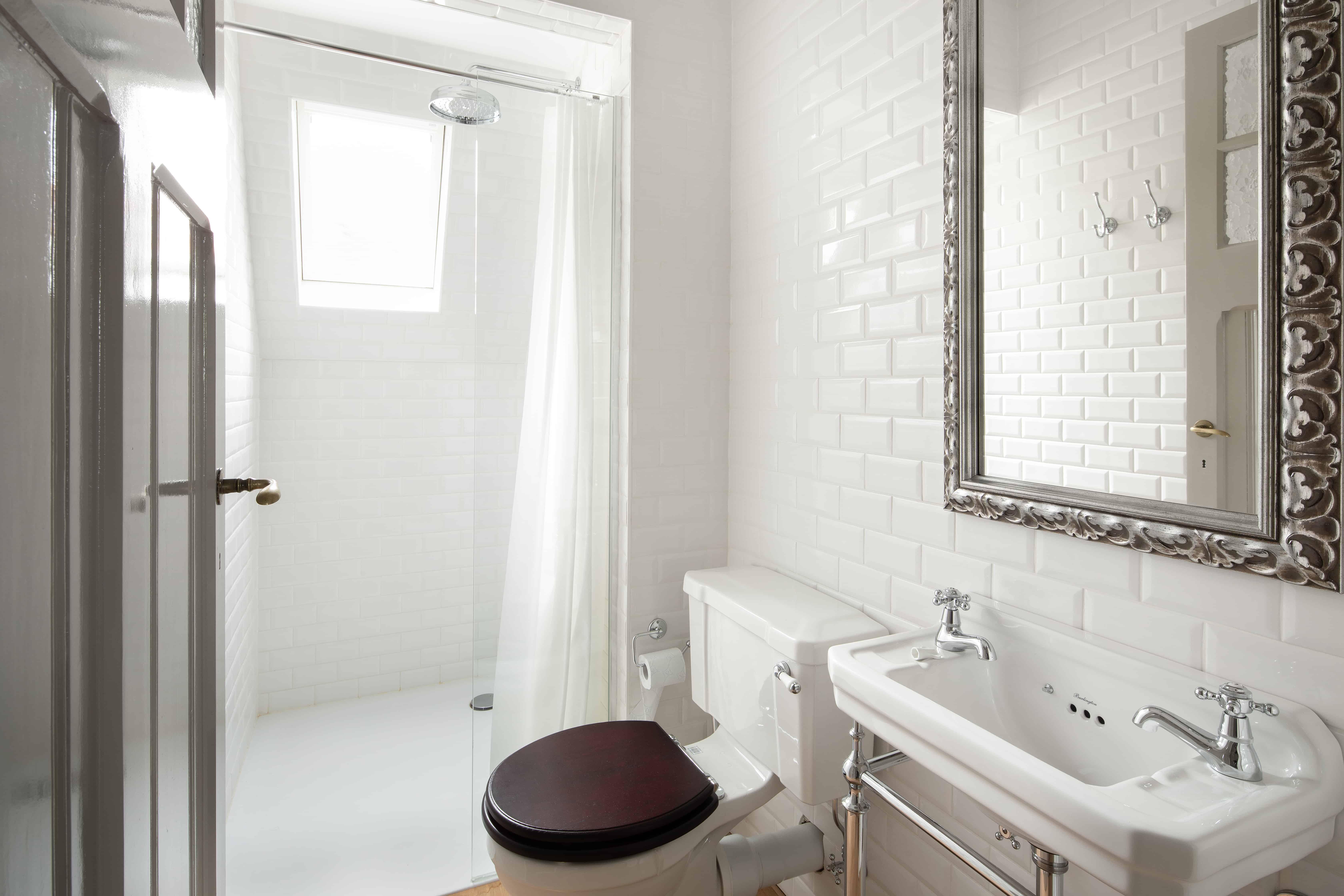 Badkamer met glimmende witte kleine tegel aan de muur - kleine wandtegels