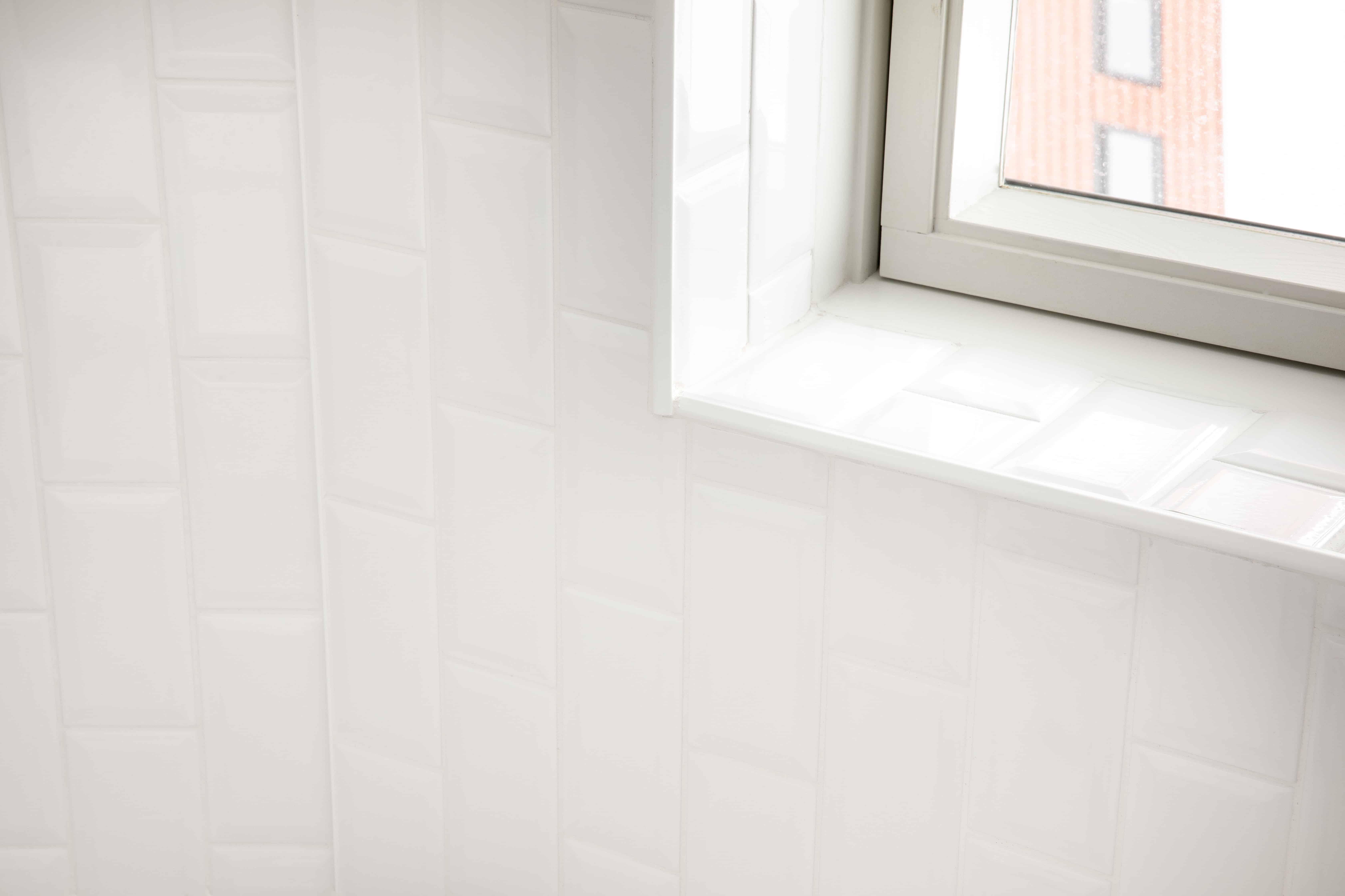 Kleine witte tegels in badkamer - Diksmuide