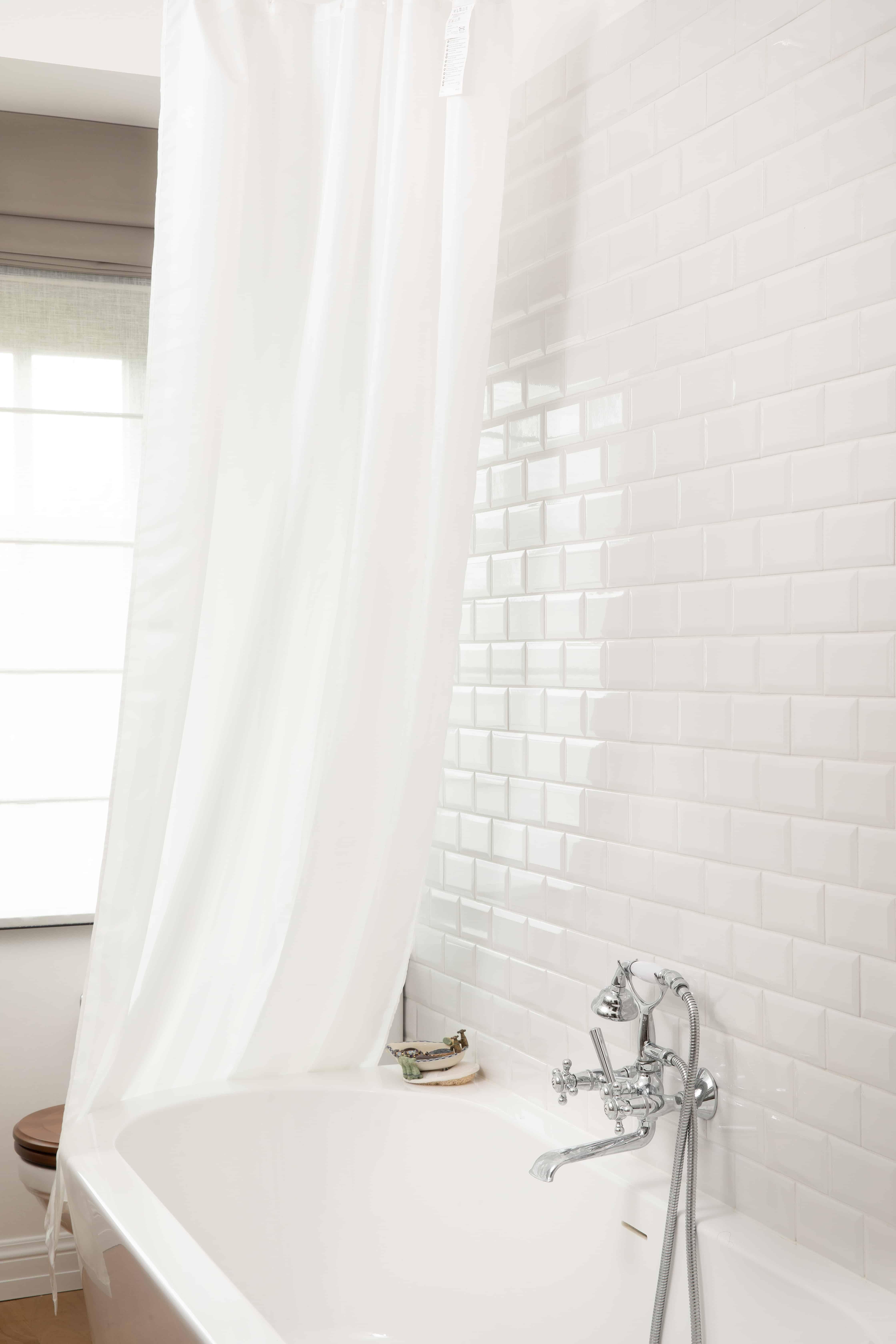 Badkamer wet kleine witte wandtegels - Diksmuide