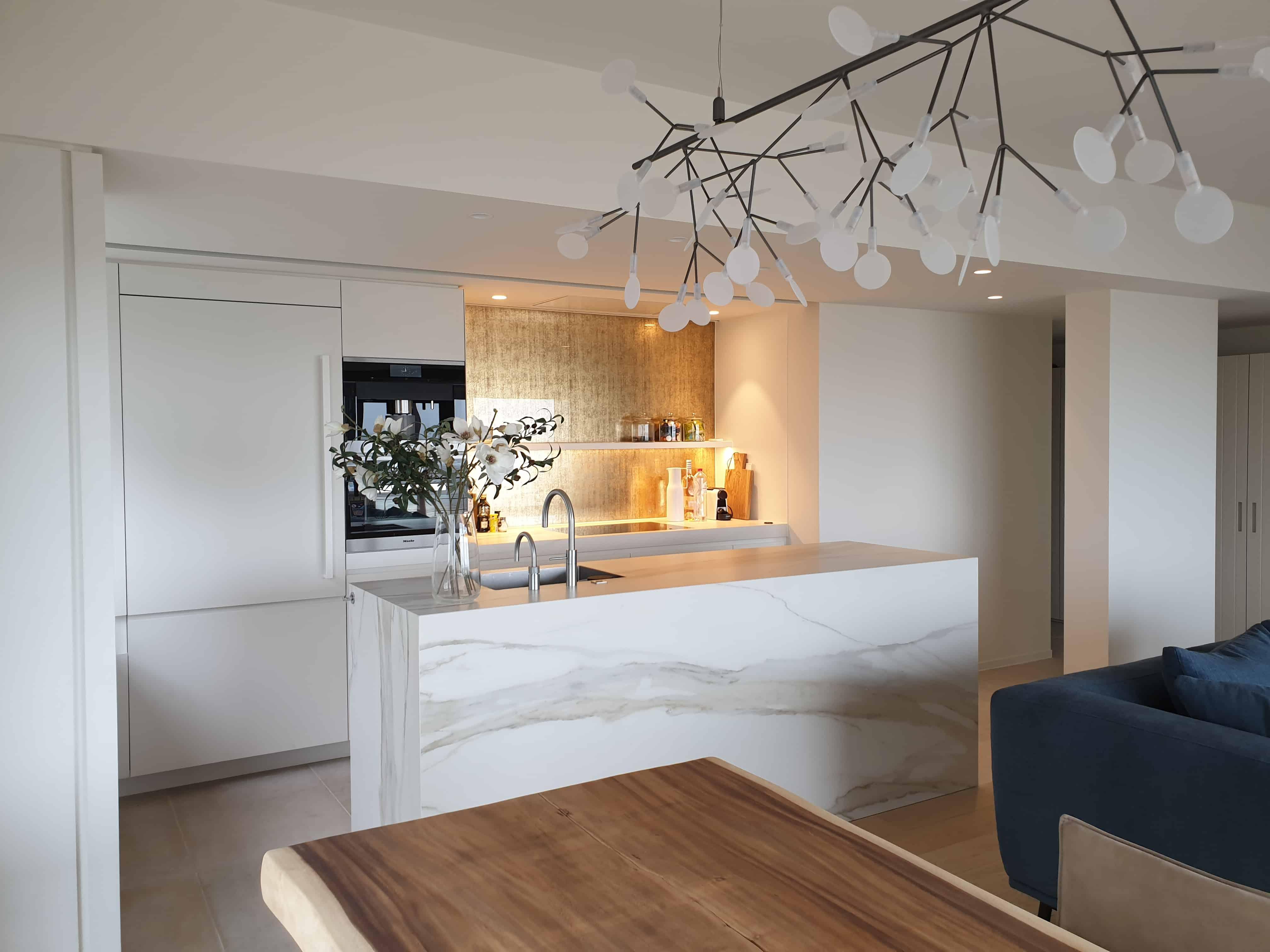 Keuken aanrecht met marmeren XXL tegels - grote tegels van marmer in keuken - Oostende