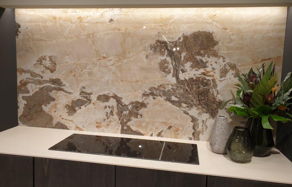 Marmeren keukenwand - ruwe marmer - roze marmer
